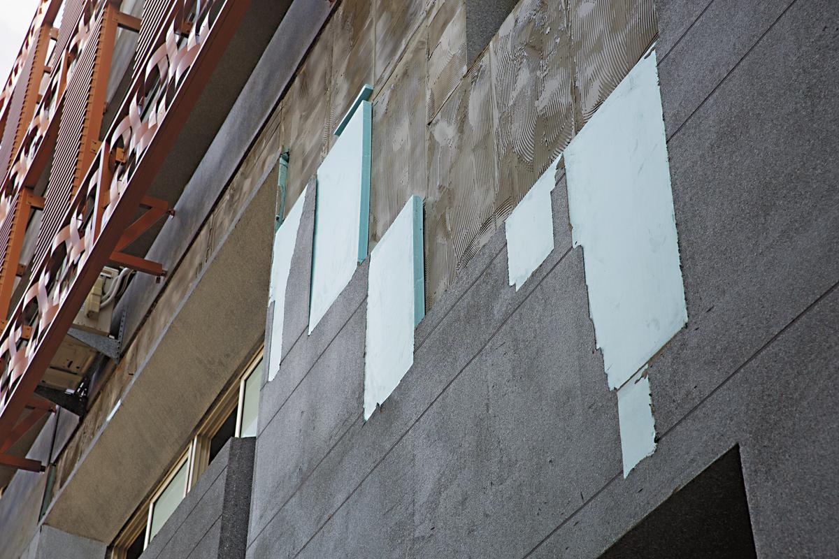 民榮超市隨處可見外牆塗料已剝落、破損。
