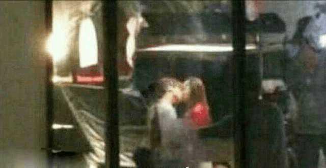 關曉彤曾說接吻只和男友,吻戲一律用替身上陣,但拍攝《甜蜜暴擊》時卻和鹿晗「來真的」。(網路圖片)