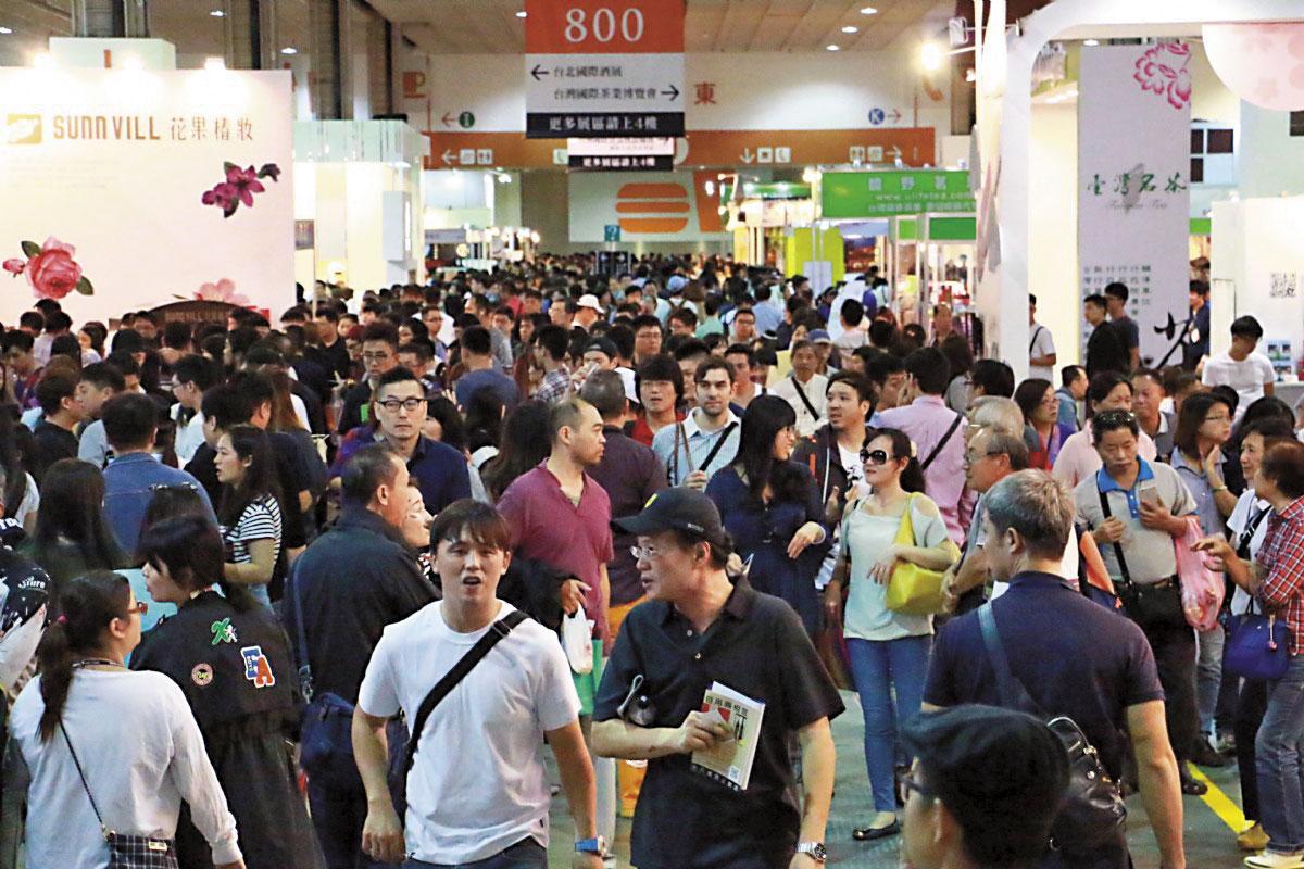 對你沒看錯,台北國際酒展萬頭攢動,參觀人數驚人。