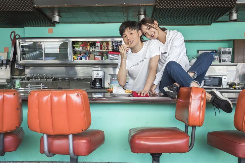 李榮浩飾演在餐廳工作的男子,和女主角因為對未來想法不同而分離。(華納提供)