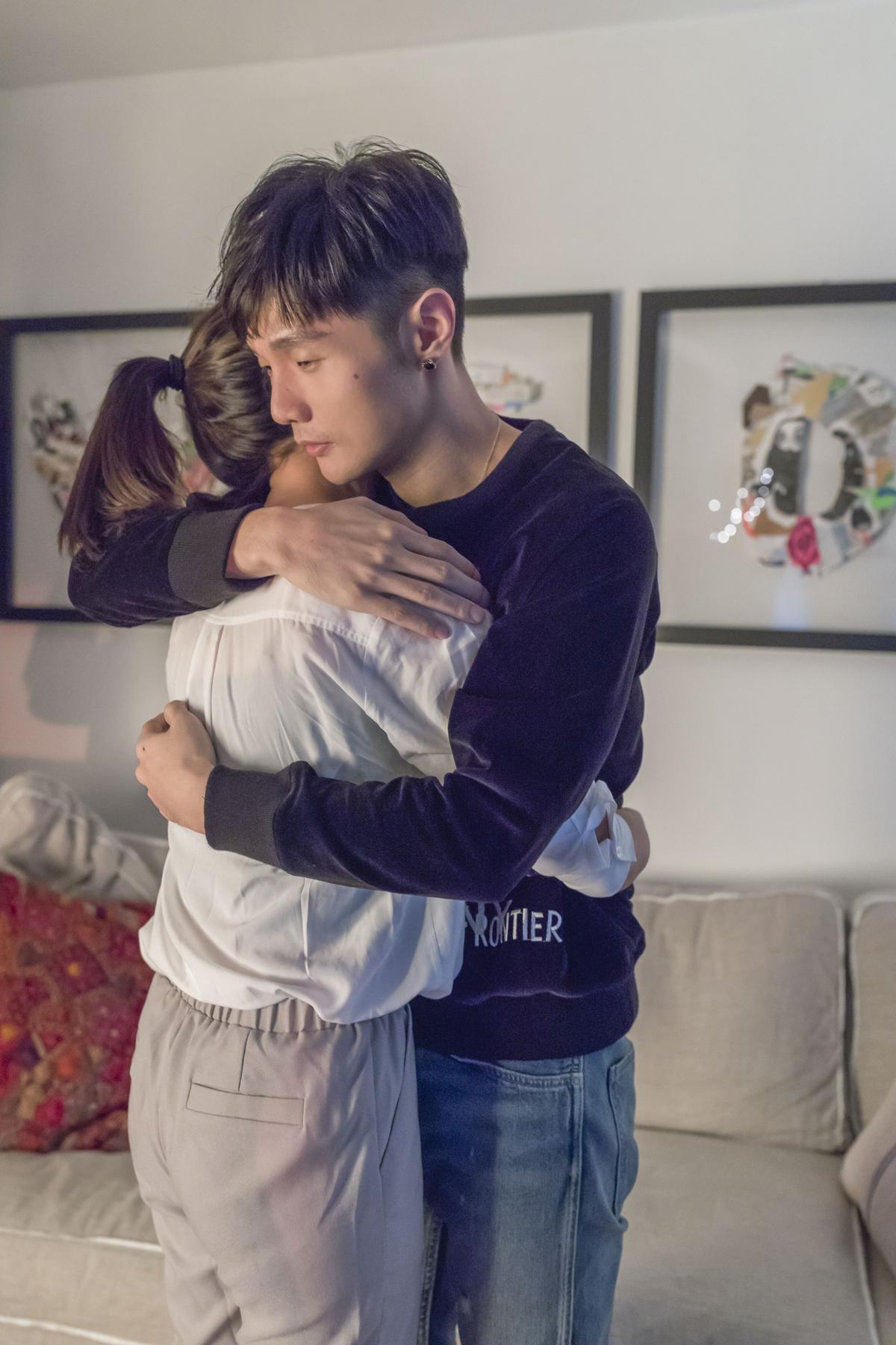 李榮浩深情擁抱女主角。(華納提供)