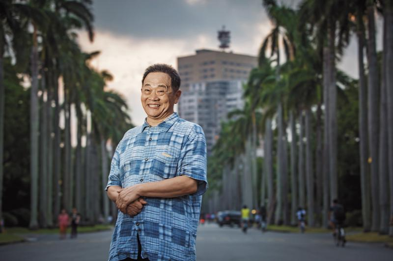 今年在網路爆紅的台大教授Power錕,說話犀利、幽默,沒有長者的距離感,面對鏡頭仍露出俏皮笑容。