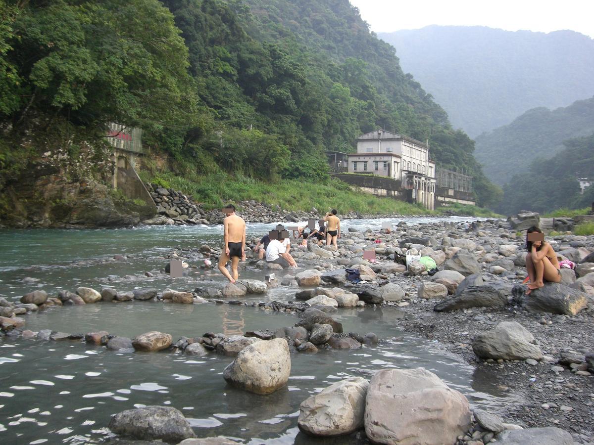 南勢溪是遊玩景點,但溪對岸的溫泉會館竟能就能見到真人版愛情動作片。(網路翻攝)