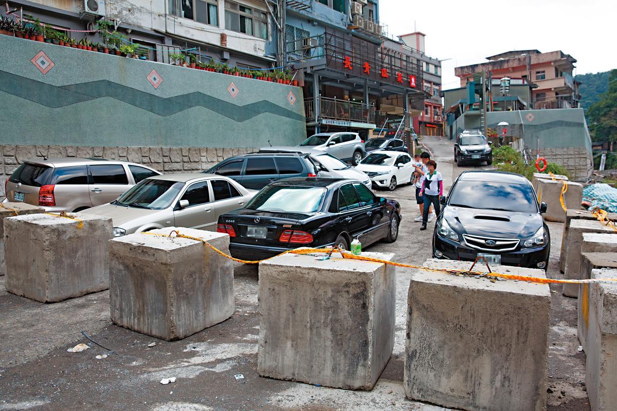 施工單位加設大型水泥塊阻路,仍擋不住民眾進入封閉區。