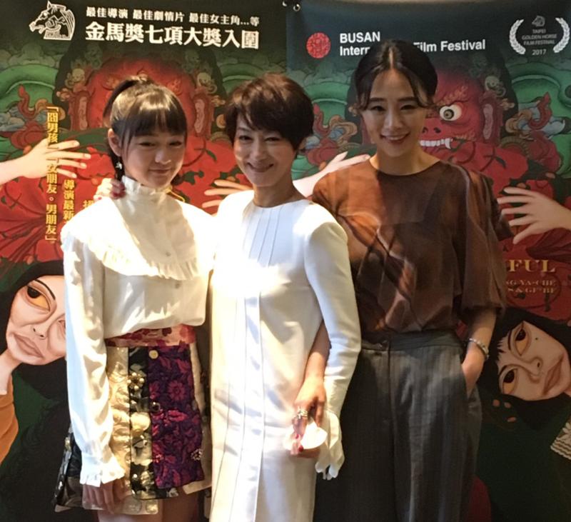 文淇(左起)、惠英紅、吳可熙「一家三口」出席釜山影展為《血觀音》宣傳造勢。(双喜提供)