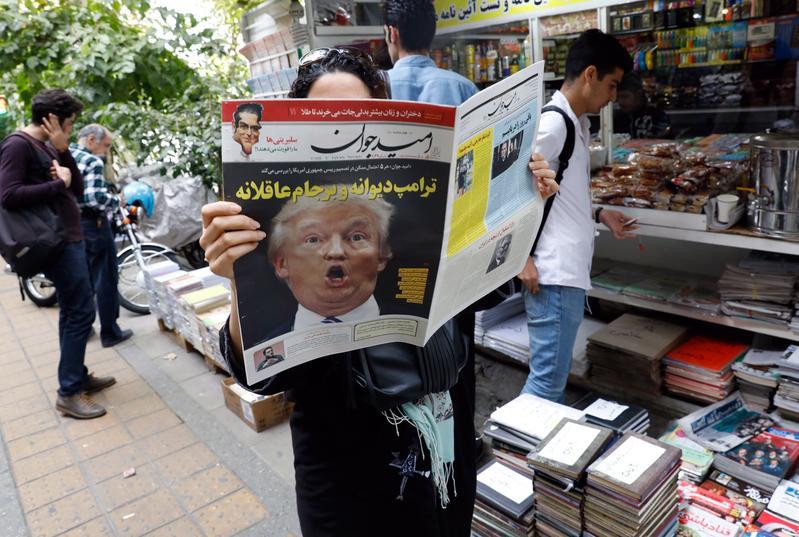 2017年10月14日,伊朗首都德黑蘭,街頭民眾翻閱報紙。美國總統川普演說中以伊朗違反協定,揚言廢除核武協議。伊朗總統羅哈尼批評川普的指控是無的放矢。(東方IC)