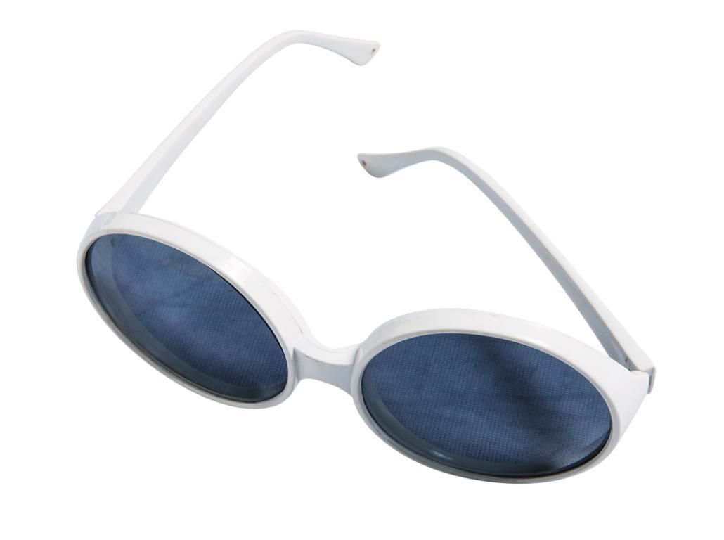 泰國小店買的白色墨鏡。約NT$200
