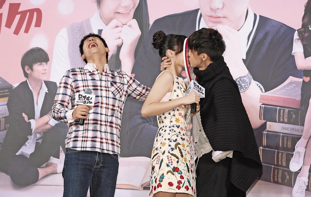 吳心緹、李玉璽去年12月參加《惡作劇之吻》首映記者會,熱戀中的兩人大玩「安全之吻」。