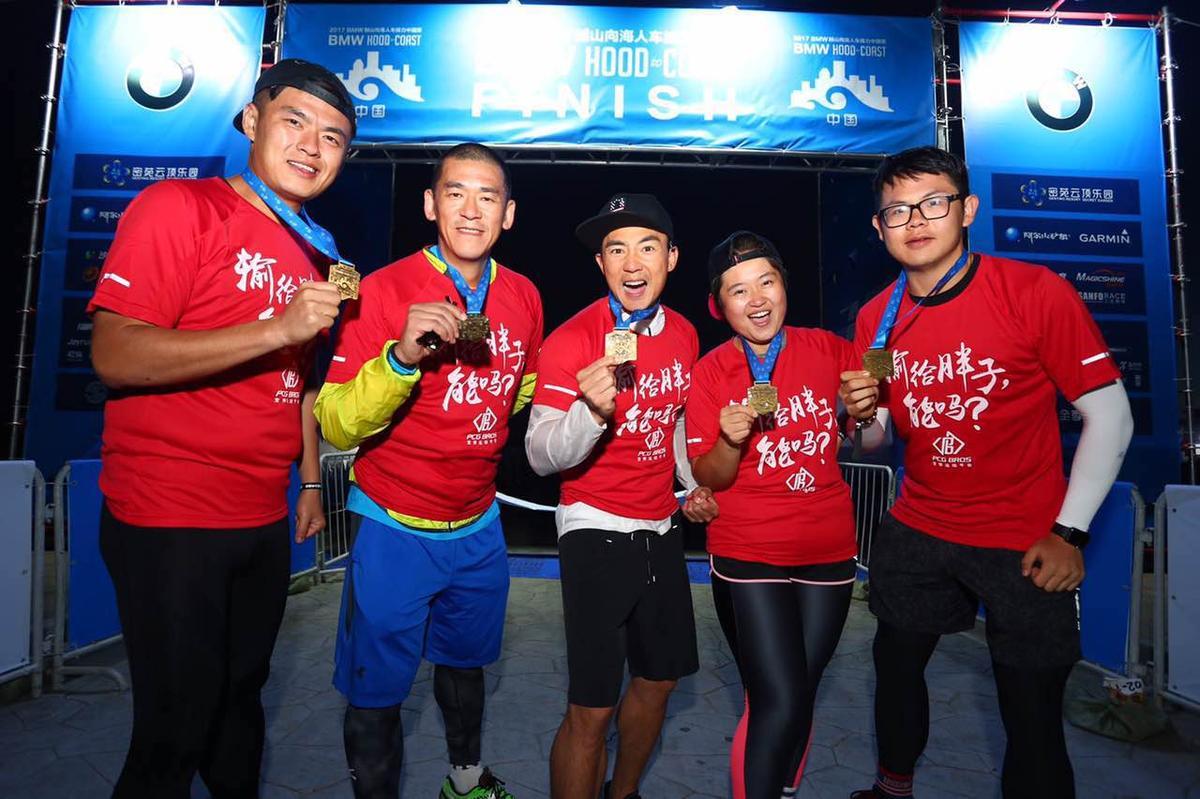 今年7月,張運智(左2)參加全球最大的人車接力賽「HOOD TO COAST,H2C」中國張家口站賽事,藝人劉耕宏(中)也是隊友。(張運智提供)