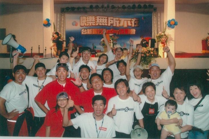 張運智(二排左3)、胡瓏智(二排左4)接連承辦台積電、聯發科等竹科廠商運動會,成為全台最大運動行銷公司。