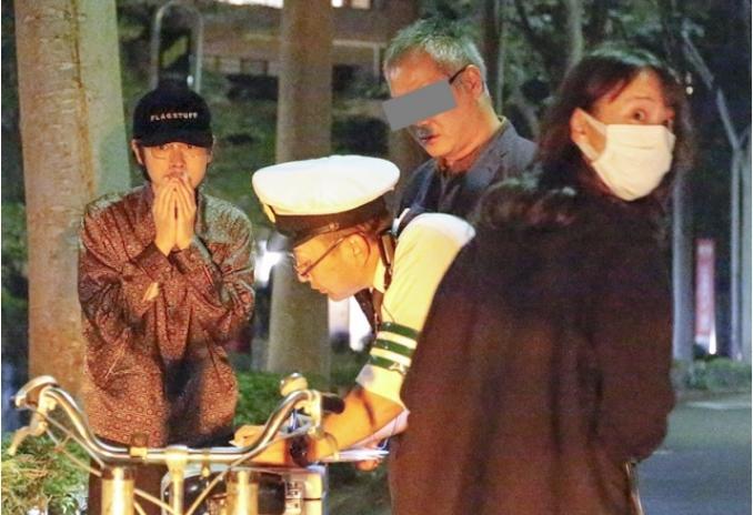 成田凌(左)被拍到當下反應頗萌,戶田惠梨香則出面處理意外。(翻攝《FRIDAY》)