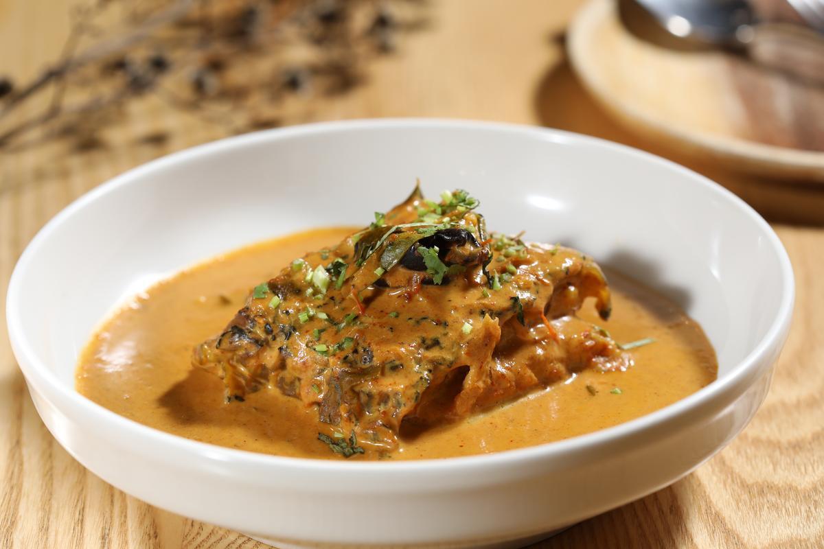 「果阿的鮮魚咖哩」是用魚皮彈Q、肉質扎實的龍膽石斑製作,咖哩醬特別加進印度鳳果和Kashmiri Chili,滋味微酸微辣。(690元/份)