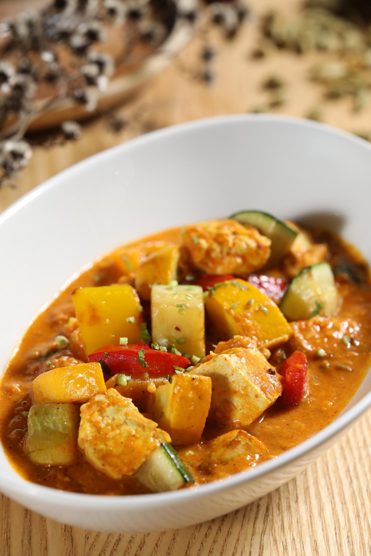 「臭豆腐逗扁豆節瓜」能吃到豆腐的臭香、咖哩的辛辣和蔬菜的甜味,十分下飯。(450元/份)