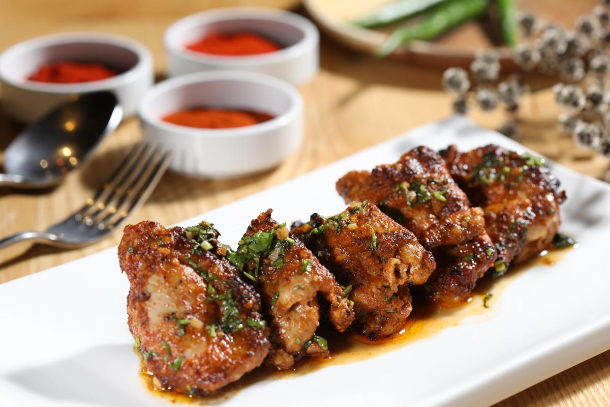 「爐烤雞肉串」盛盤時有淋些檸檬油,讓肉質更加香嫩,最後撒些杏仁碎增加酥脆嚼感,一口咬下還有鮮甜雞汁。(480元/份)
