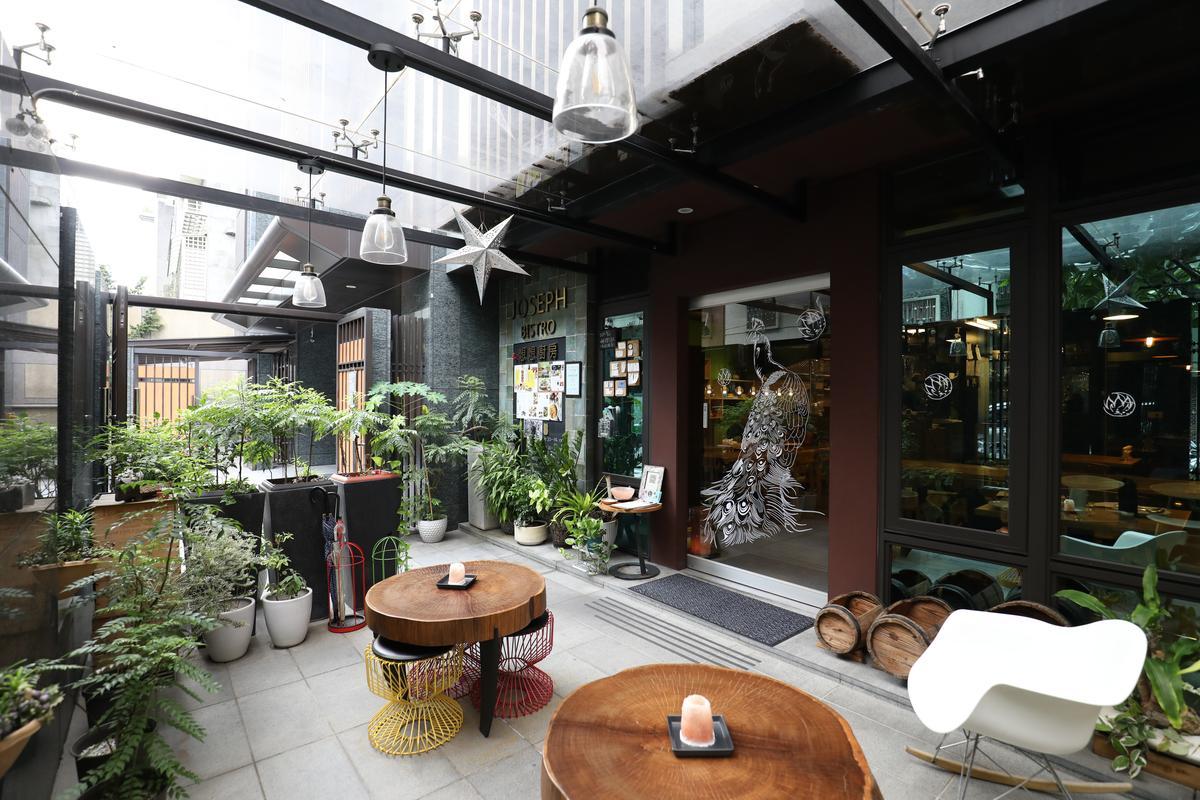 餐廳外的小庭院,種滿各種香草、辣椒和果樹。