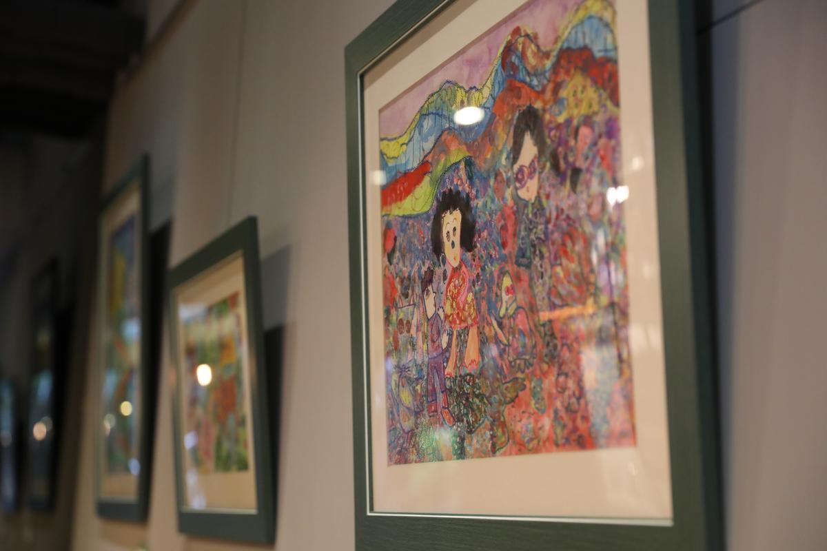 牆上掛的圖畫都是Joseph小孩的創作。