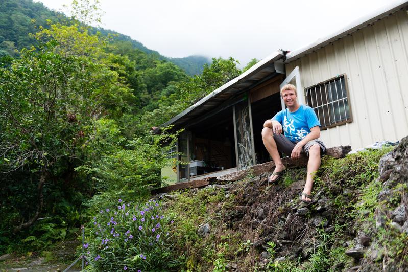 南非老外Neil改造鐵皮屋,把台灣當成夢想實現的地方。