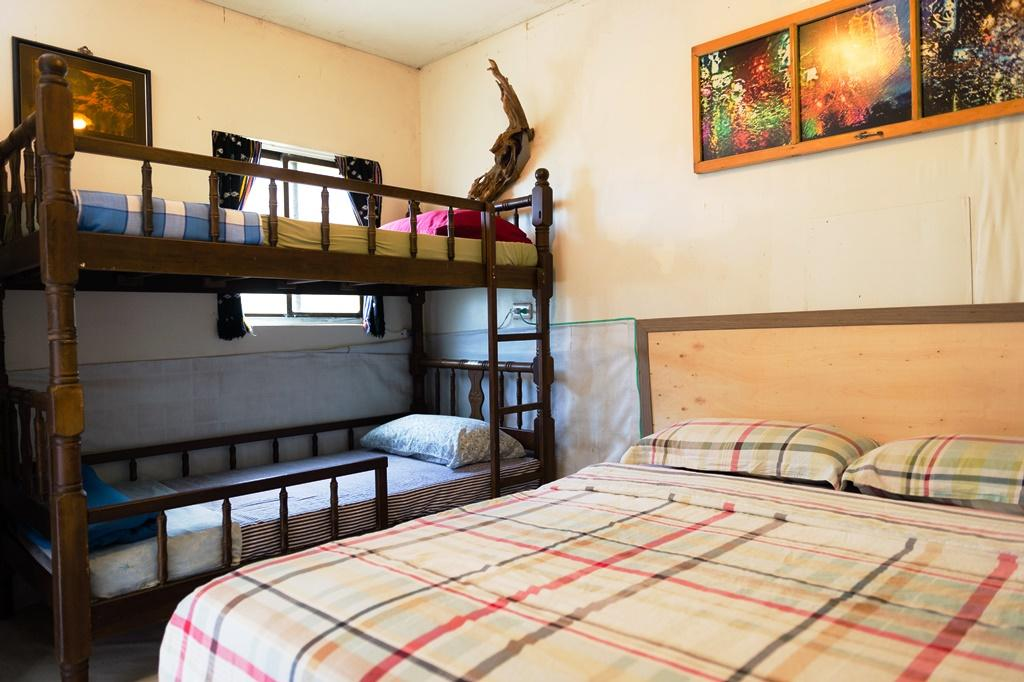 也有上下鋪的房間,都是簡單隔間。
