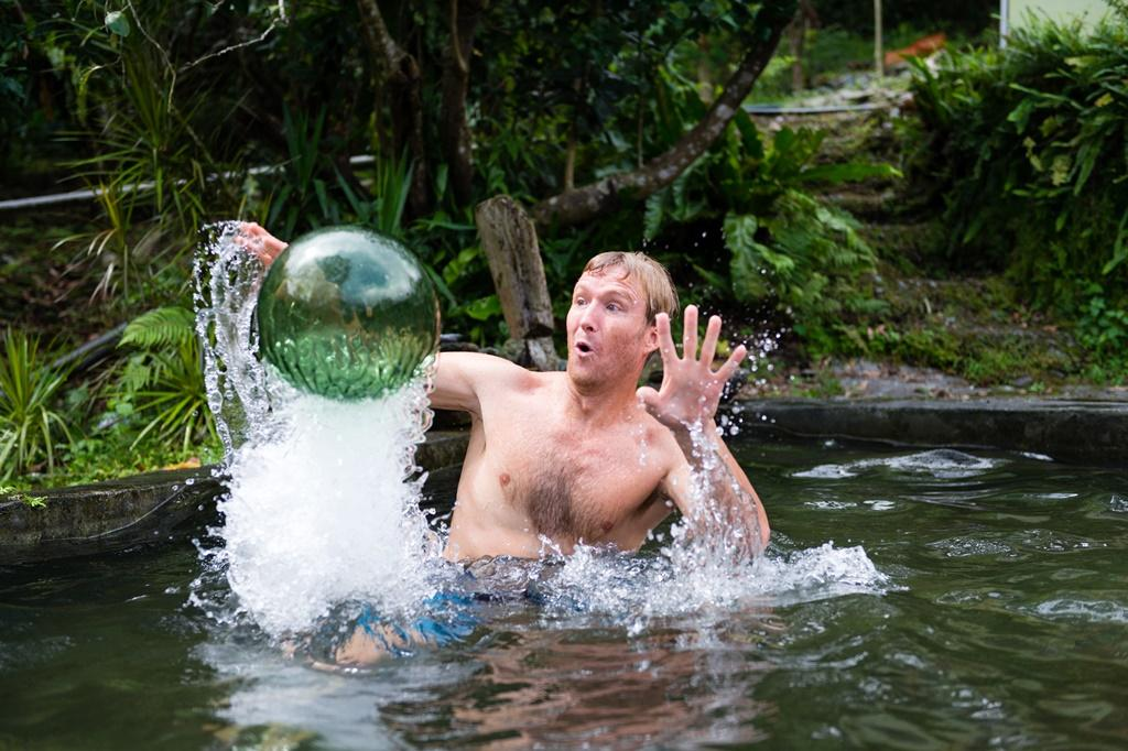 池子內有撿來的玻璃球。