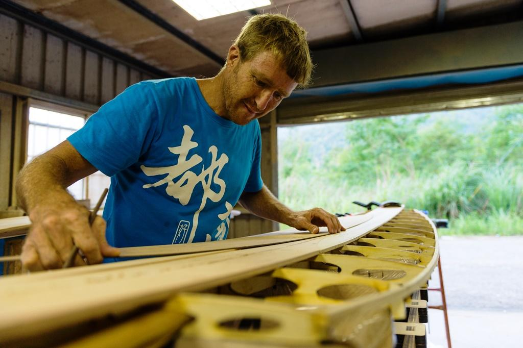 Neil在鐵皮屋附近有一個專門製作衝浪板的工作室。