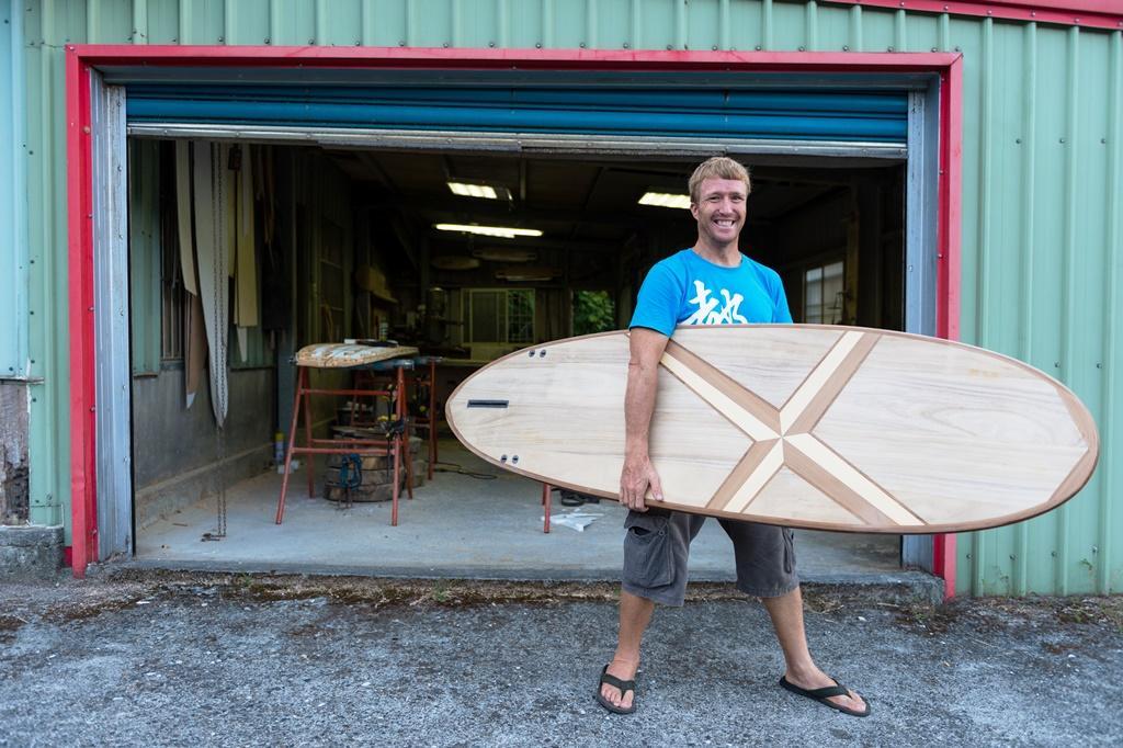 也有人特別跑來跟Neil學衝浪板製作。