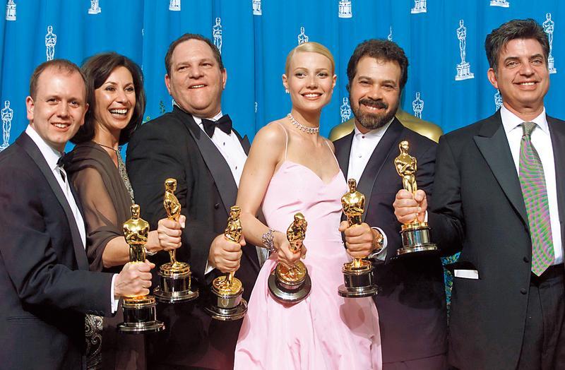 哈維韋恩斯坦(左三)監製的《莎翁情史》在奧斯卡金像獎拿下最佳影片,曾遭他性騷擾的女主角葛妮絲派特蘿(右三)也拿下影后。(達志影像)