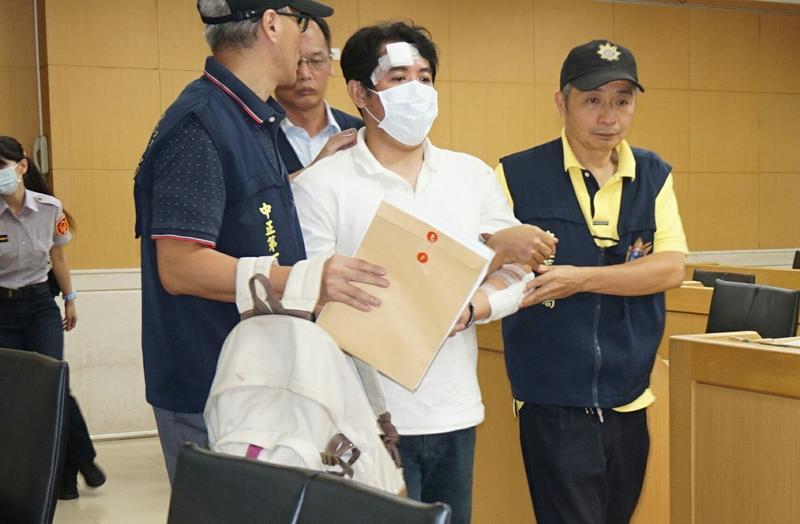 男子呂軍億(中)8月間闖總統府砍傷憲兵,遭起訴求刑7年,法官裁定續押。
