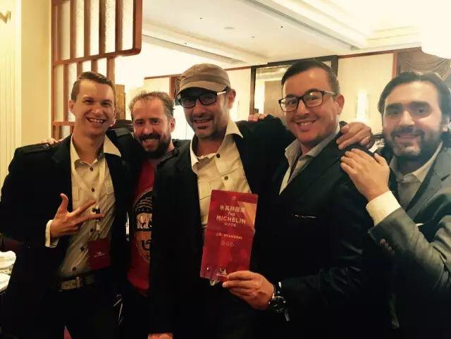 主廚Paul Pairet與工作伙伴慶祝在上海摘下米其林三星。