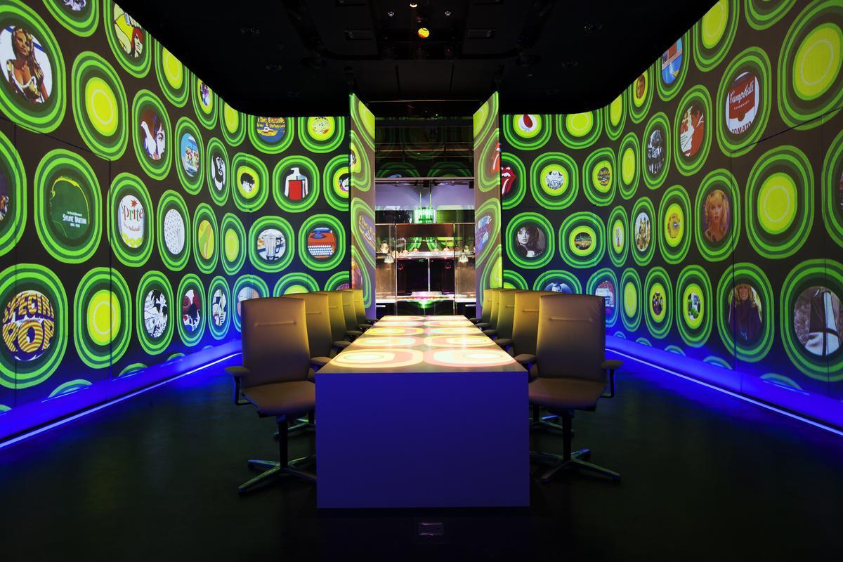 Ultraviolet是Paul Pairet構思多年的計畫,原訂2011年開幕,卻延宕至2012年才對外營業,僅容納區區10人的餐廳花費超過美金2,500萬元的資金。