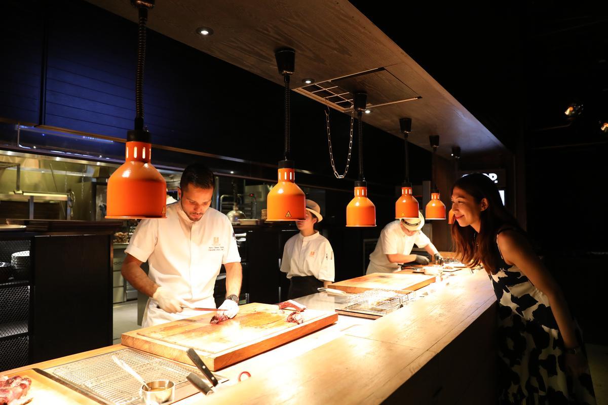 食客也可以到開放式廚房前觀賞出菜過程。