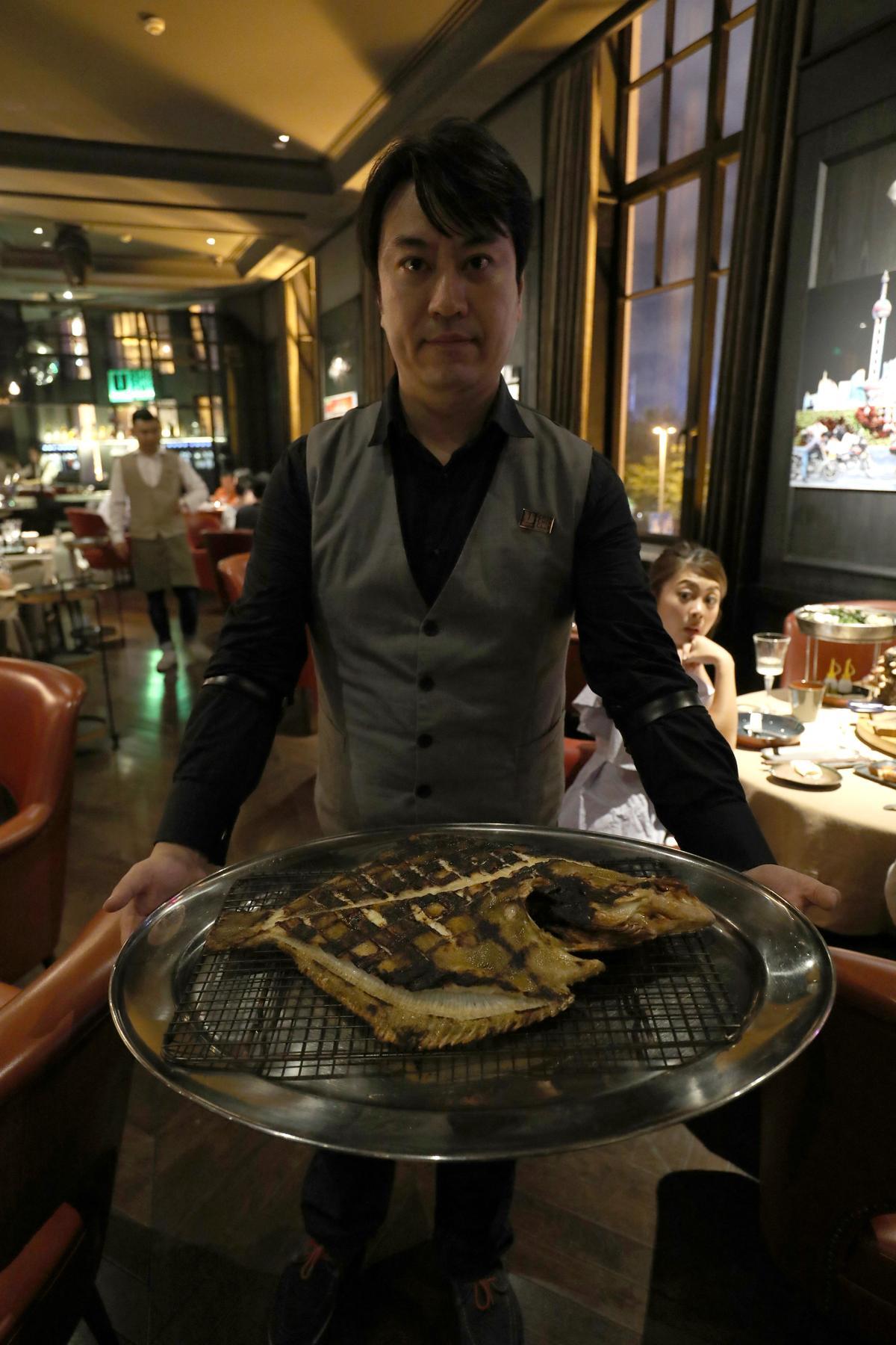 剛出爐的巨型多寶魚,繞場半圈就已售罄。(人民幣160元/份,約NT$731)