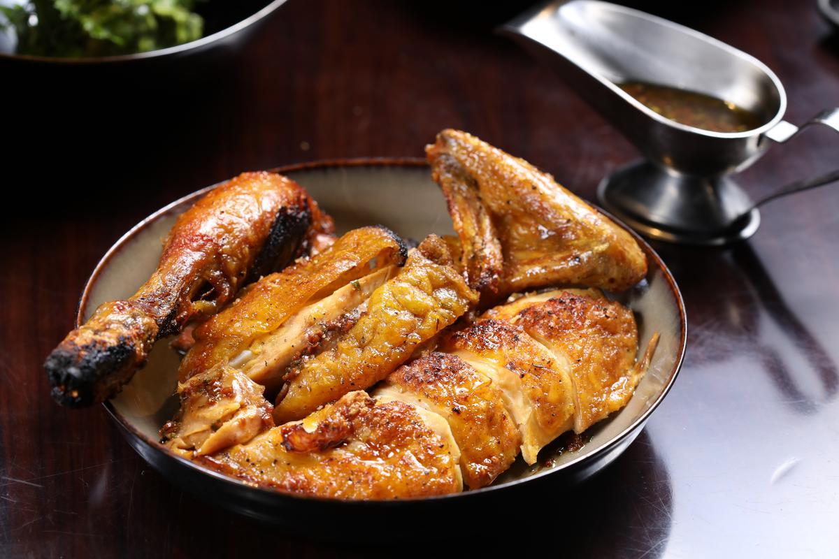 招牌的美式炭火烤雞出爐30分鐘內必須上桌,否則美味度直線下滑,分切盛盤後還附上大蒜、檸檬與亞洲風味醬汁。(人民幣350元/2公斤、2〜4人份,約NT$1,600)