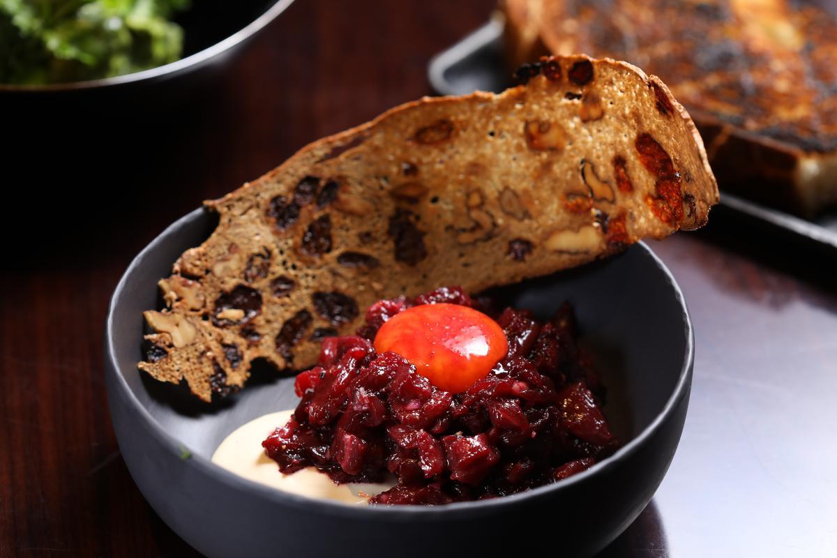 主廚特製的生牛肉塔塔配上小洋蔥奶油、麵包片和蛋黃,滑潤可口。(人民幣120元/份,約NT$554)