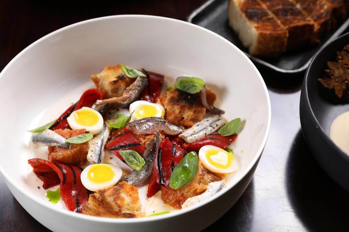 炭烤西班牙紅甜椒、番茄、麵包與鯷魚是鹹香甜兼具的開胃菜。(人民幣80元/份,約NT$366)
