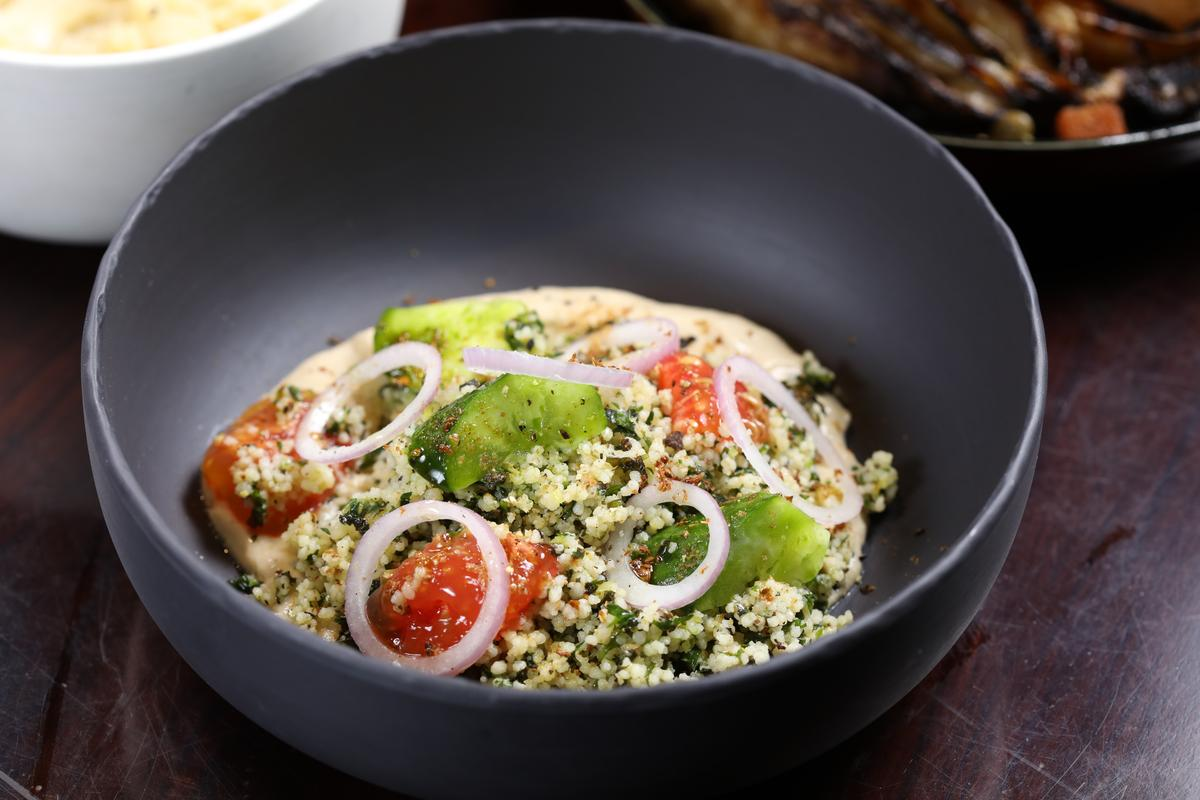 以粗小麥粉製成的「塔博勒沙拉」,就是我們熟知的庫斯庫斯。(人民幣70元/份,約NT$320)