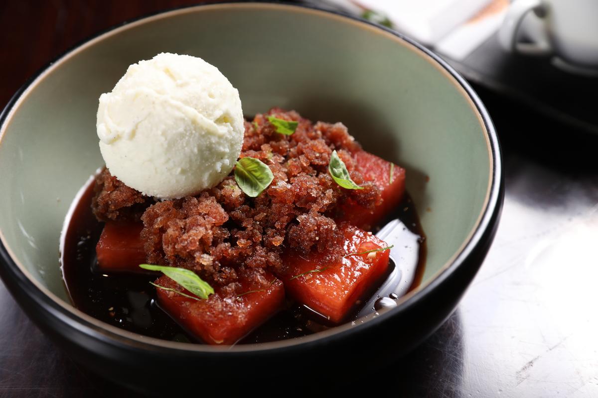 西瓜佐巴薩米可醋製成的冰沙,上頭一球橄欖油冰淇淋,是夏日特製甜品。(人民幣70元/份,約NT$320)