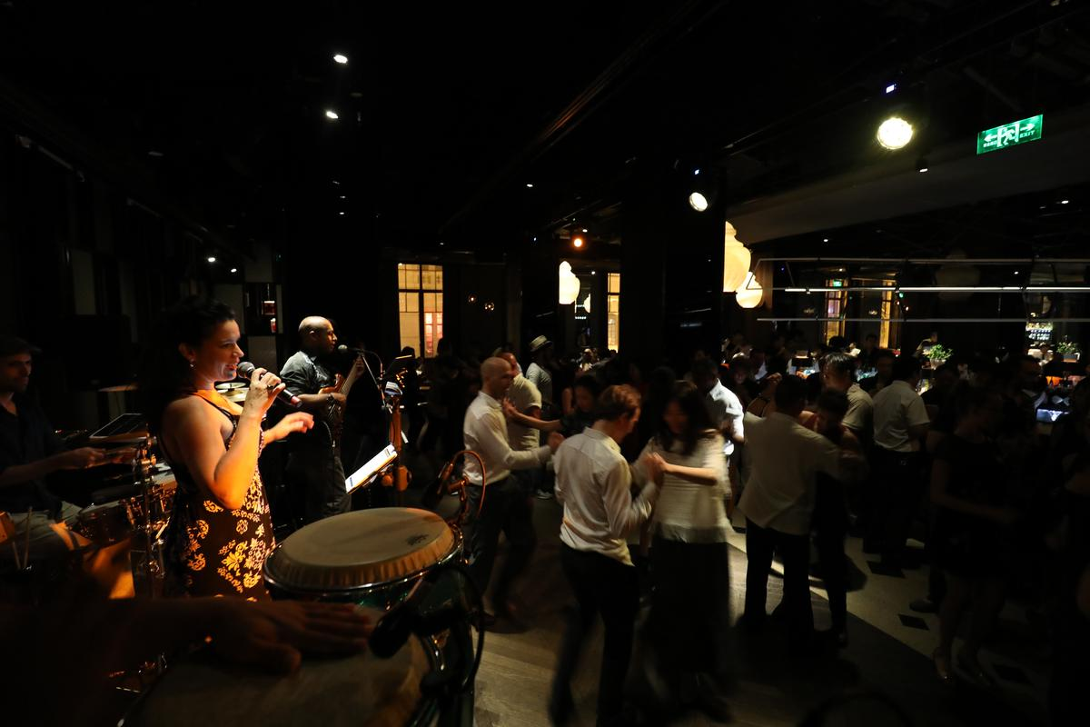專業歌手、樂隊在Salsa領舞者之後登場,再掀起一波高潮。