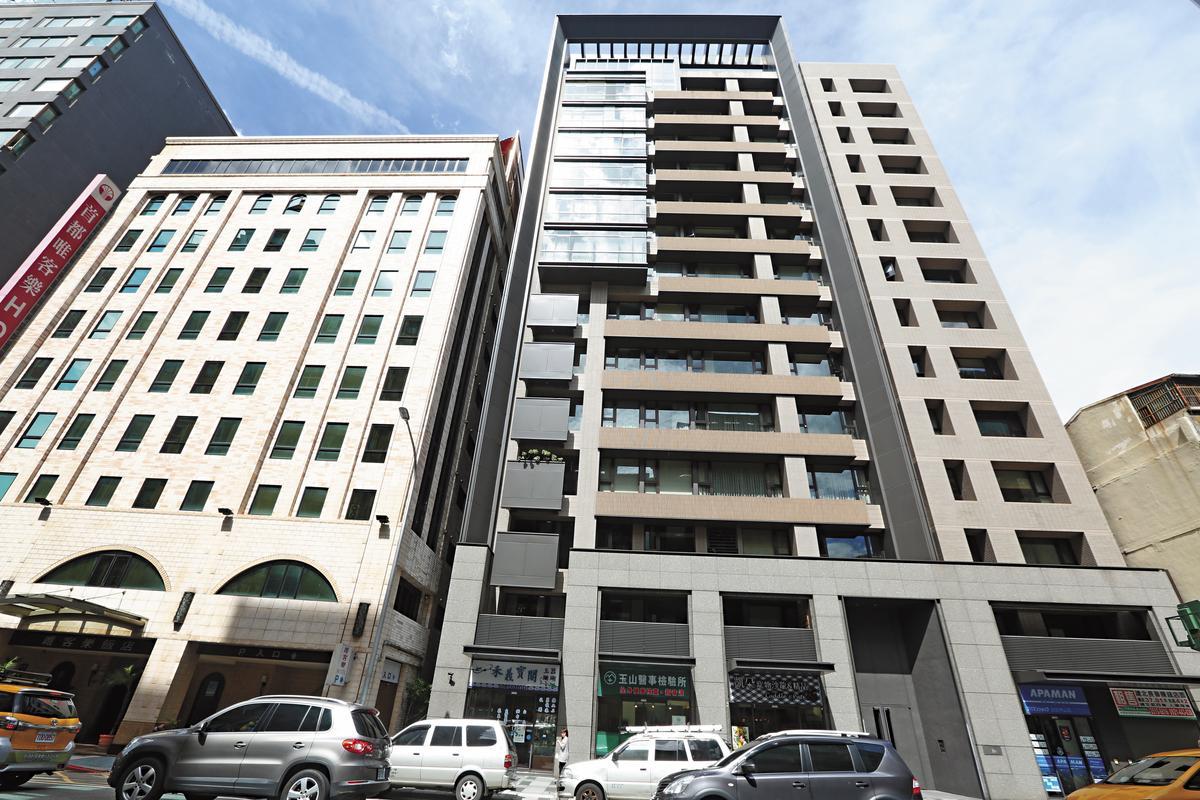 上市公司富二代按月匯款給娜塔莎,還出資1,800萬元當頭期款,讓她買下北市長春路「忠泰極」豪宅。