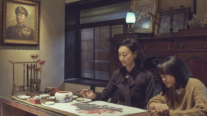 片中惠英紅(左)指導文淇作畫,桌上這幅畫正是她自己的作品。對於文淇小小年紀能演出如此深沉心機的角色,觀眾都對她佩服不已。(双喜提供)