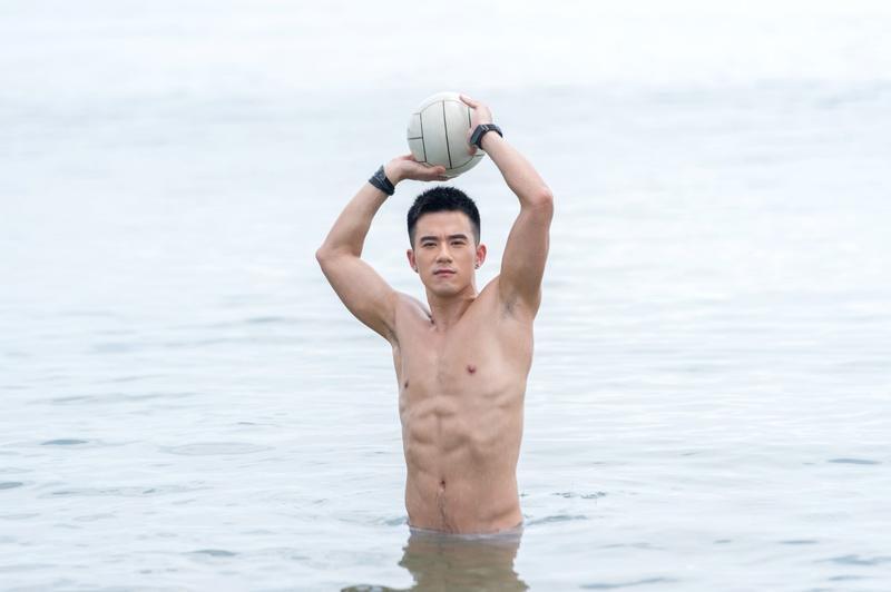 紀言愷拍新戲《真情之家》,海邊拍開場戲秀八塊腹肌。(三立提供)