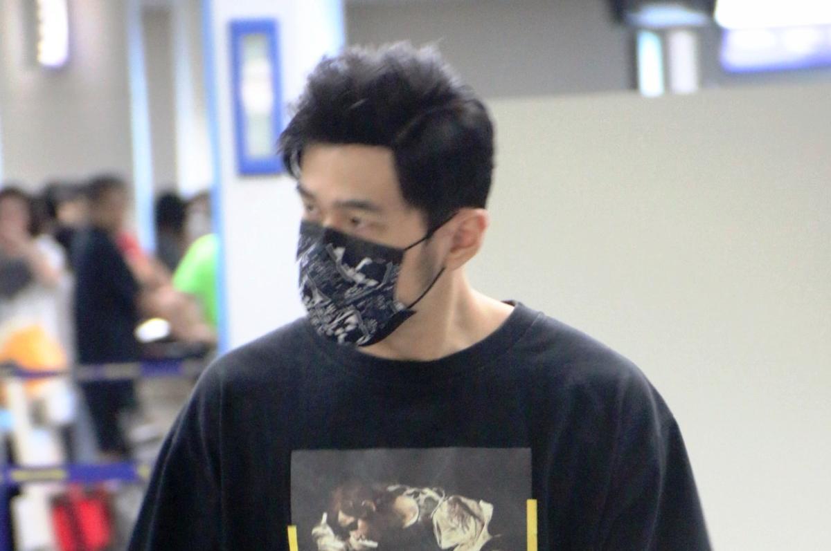 周杰倫黑色口罩不離身,他的口罩太熱門,一度成為粉絲爭相購買的物品。(東方IC)