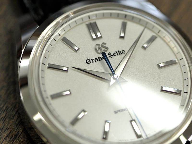 這是Grand Seiko Spring Drive 八日動能手上鏈腕錶鉑金款。外觀上呈現出極度簡單的面盤,然而,所有細節都展現GS最頂級的職人工法。包括以鑽石切割打磨的指針與時標;獨家「超鏡面」拋光的多切面錶殼;以及採用特殊加工技術製造出「白雪光澤」的面盤。即使標出台幣195萬元的高價,仍然獲得收藏家青睞,大受好評。