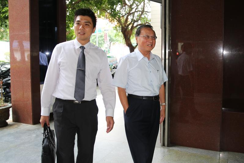 檢方以被告身分約談前中投董事長張哲琛。