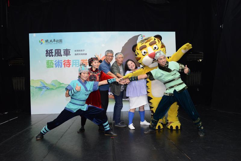 鍾欣凌(右三)笑紙風車基金會排練室跟20年前沒什麼差別,一樣破破爛爛。(紙風車基金會提供)