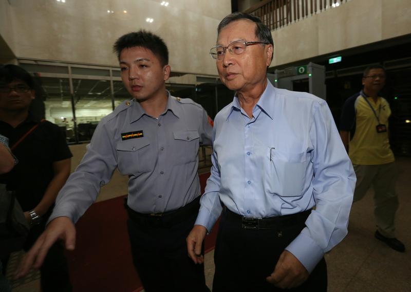 前行管會主委張哲琛(右)送複訊時不發一語。