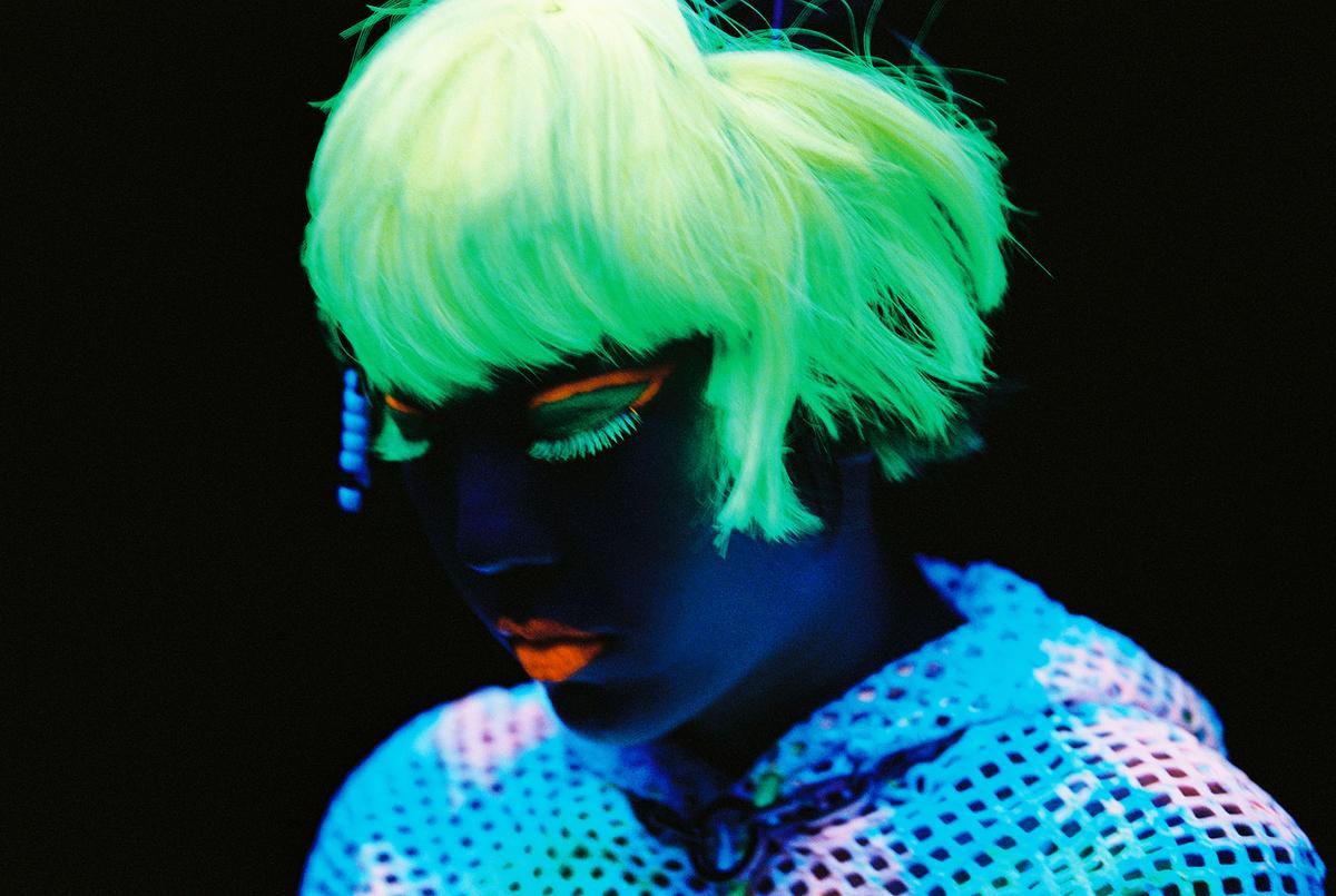 吳莫愁的MV利用投影效果,讓她的妝容散發螢光、臉卻一片漆黑。(大長城多媒體提供)