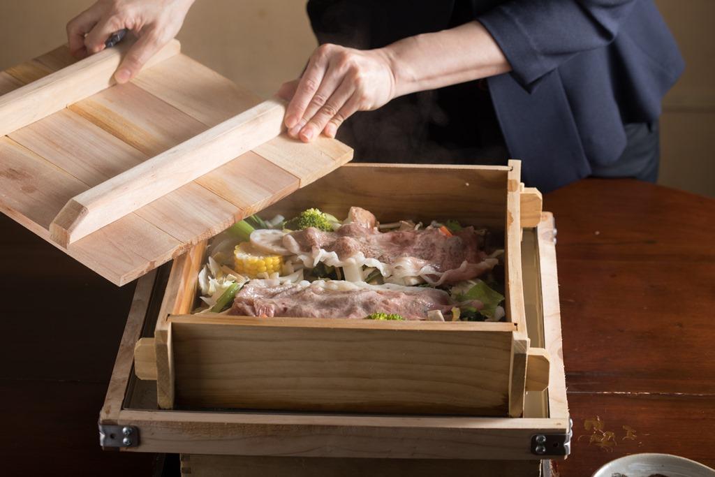 打開蓋子的「蔬菜蒸籠蒸盛合」氤氳迷人,勾人食慾。(3,800元/份)