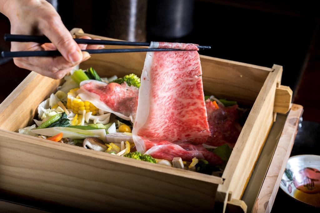 為搭配較為油潤的日本和牛,三燔本家馳名的蔬菜蒸籠蒸還調整了蔬菜內容,增加蓮藕、玉米和蘿蔔等根莖蔬菜來搭配油潤的肉片,讓口感清爽些。