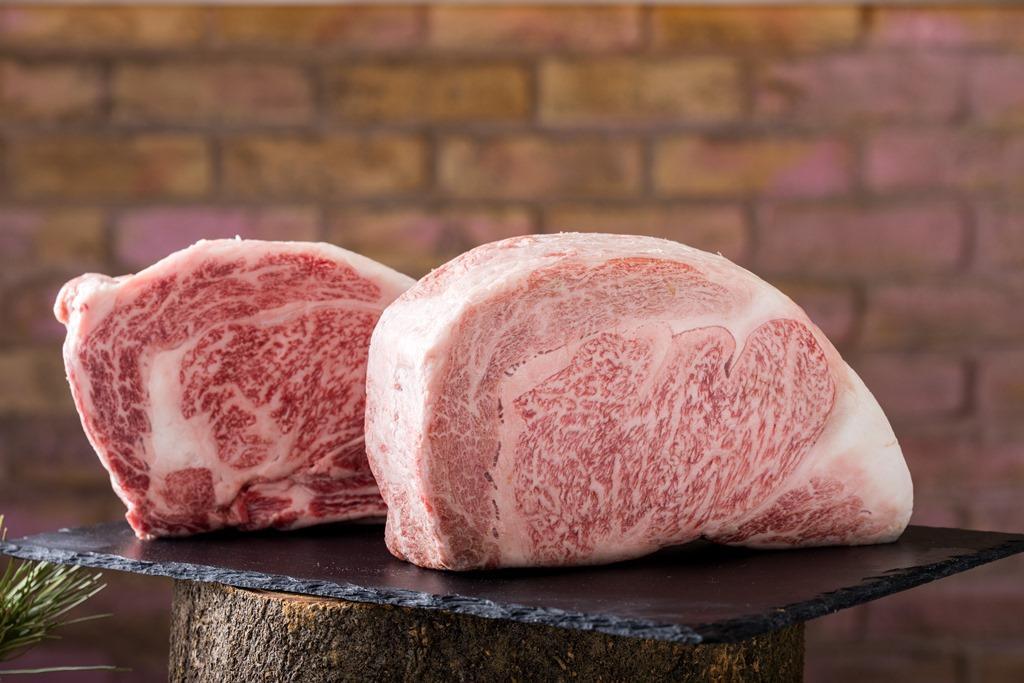 日本宮崎牛(前)肉紋如雪花,肉質柔潤;鹿兒島和牛(後)脂肪纖細、風味甘甜。