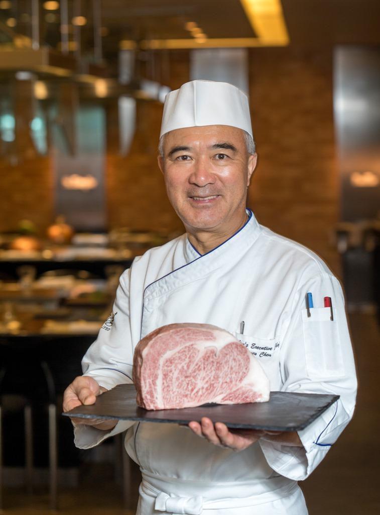 台北晶華酒店ROBIN'S 鐵板燒行政主廚陳春生,負責挑選集團內所使用的牛肉食材。